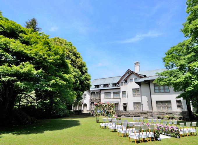 自然の優しい情景とその中に佇む一軒家。広大なお庭でナチュラルな結婚式が叶えられます。