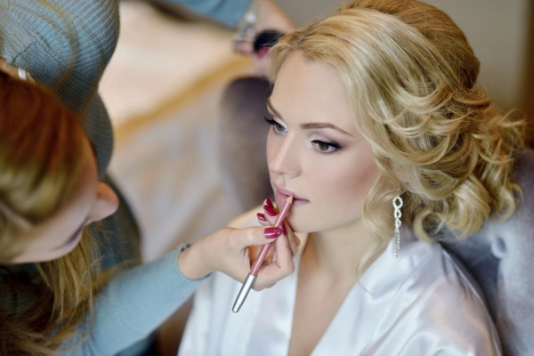 Wedding-makeup-artist-making-a-make-up-for-bride-000093137767_Medium-1024x683