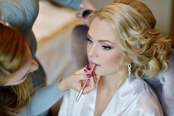 Wedding-makeup-artist-making-a-make-up-for-bride-000093137767_Medium-1024x683